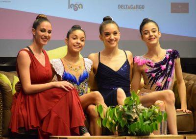 carolina rodriguez con gimnastas en torneo viravolta jael